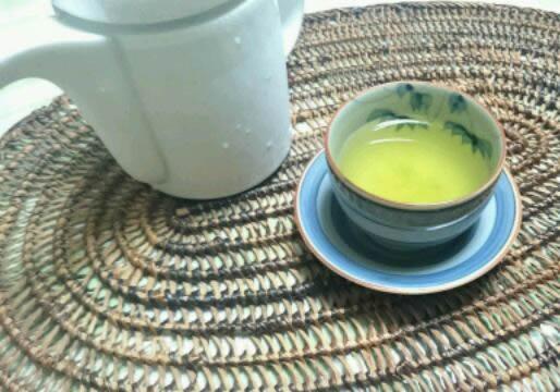 急須で入れた氷水出し緑茶